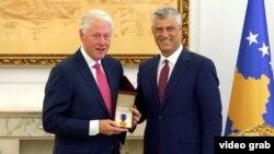 Fostul președinte american Bill Clinton și președintele kosovar hașim Thaci, Pristina, 11 iunie 2019