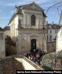 Історична будівля Культурного центру Анни Київської в місті Санліс (Франція)
