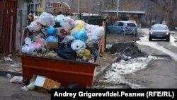 Некоторые эксперты считают, что люди мусорят из-за неудовлетворительной работы коммунальных служб