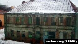 Будынак на колішняй Віленскай з шматкамі банэрнай сеткі