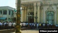 Очередь перед рестораном, где проводят поминальный обед после смерти президента Узбекистана Ислама Каримова.