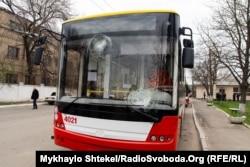 По тролейбусу двічі вдарили камінням