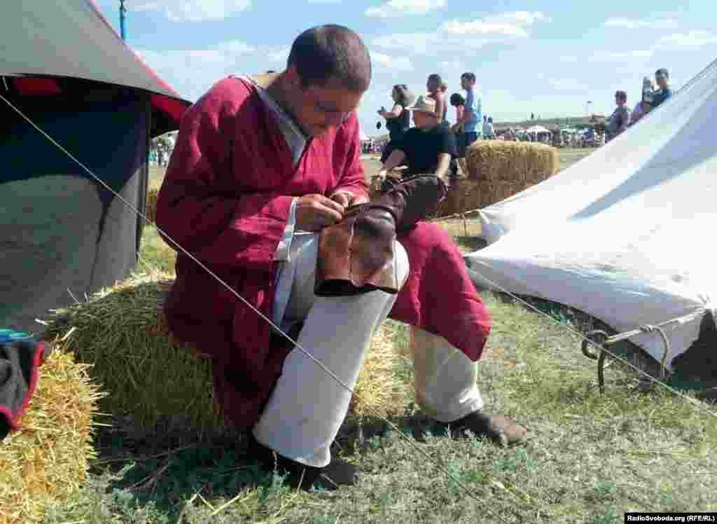 Учасник із Сумщини готується до бою: зашиває порвані чоботи