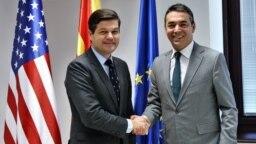 Ministri i Jashtëm maqedonas, Nikola Dimitrov, dhe , ndihmëssekretari amerikan i Shtetit për Çështje Evropiane dhe Euro-aziatike, Wess Mitchell. Shkup 13 shtator 2018