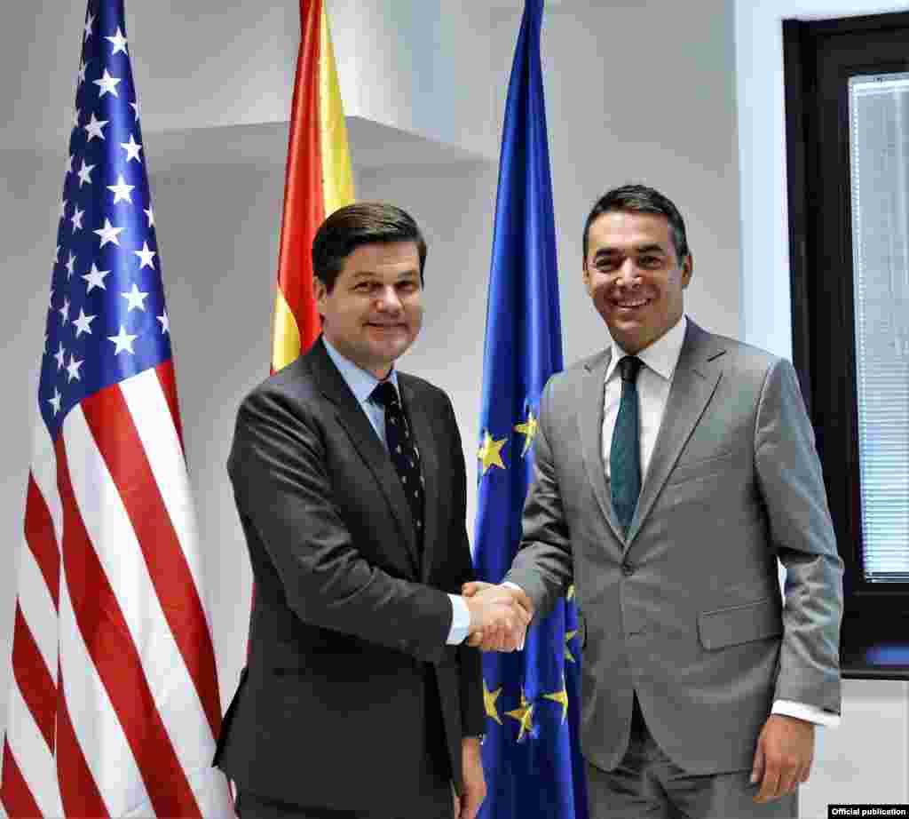 МАКЕДОНИЈА - Министерот за надворешни работи Никола Димитров денеска имаше средба со помошникот државен секретар на САД за европски и евроазиски прашања Вес Мичел, кој престојува во работна посета на нашата држава. Мичел ја реафирмираше американската поддршка за интеграциите на Македонија и за претстојниот референдум и додаде дека НАТО ќе ја гарантира безбедноста на Македонија.