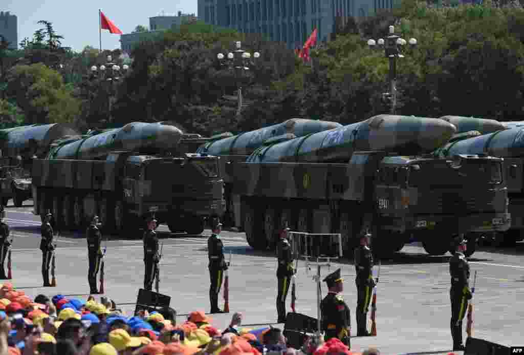 Китайські балістичні ракети DF-26 на військовому параді в Пекіні