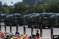 Taleblu ističe da jača potencijal kineskih raketnih sistema, kao i izgledi za njen sukob sa SAD-om u azijsko-pacifičkom regionu (Fotografija: Balističke rakete DF-26 na vojnoj paradi u Pekingu 2015)