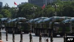 Китайские военные автомобили с ракетными установками на параде в Пекине. Иллюстративное фото.
