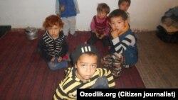 По данным правозащитной группы «Бесстрашные», родителей этих детей находятся на сборе хлопка. Куйичирчикский район, Ташкентская область, 3 октября 2017 года.