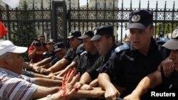 Совсем недавно они разгоняли протестующих. А сейчас протестуют уже сами. Бухарест, 15 июня 2010