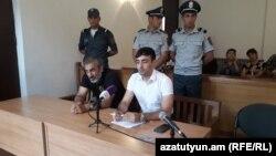 Арарат Хандоян (слева) в суде, Гюмри, 16 июля 2018 г.