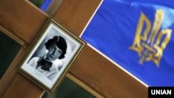Колишній пам'ятний хрест із фотографією української поетеси і діячки ОУН Олени Теліги (1906–1942). Київ, Бабин Яр, 28 вересня 2009 року