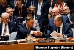 Глава МИД РФ Сергей Лавров и президент Польши Анджей Дуда обмениваются рукопожатиями в ООН
