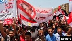 Наразылық танытушылар президент Мұхаммед Мурсидің отставкаға кетуін талап етті. Тахрир алаңы, Каир, 30 маусым 2013 жыл.