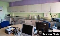 Внутри тюрьмы: комната для общения заключенных и кухня