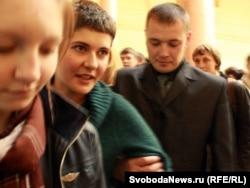 Сотрудник ФСО задерживает студентку факультета журналистики МГУ Анну Аскарян