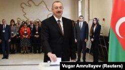 Илхам Әлиев Әзербайжандағы президент сайлауында дауыс беріп тұр. Баку, 11 сәуір 2018 жыл.