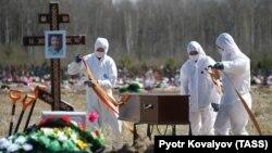 Коронавирус (COVID-19) індетінен қайтыс болған адамды жерлеу. Санкт-Петербург қаласының маңы, Ресей, 6 мамыр 2020 жыл.