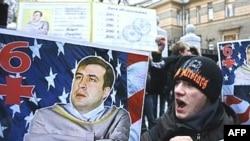 Российские власти к грузинским выборам готовы. У посольства Грузии в Москве активисты «России молодой» демонстрируют обеспокоенность состоянием здоровья Михаила Саакашвили