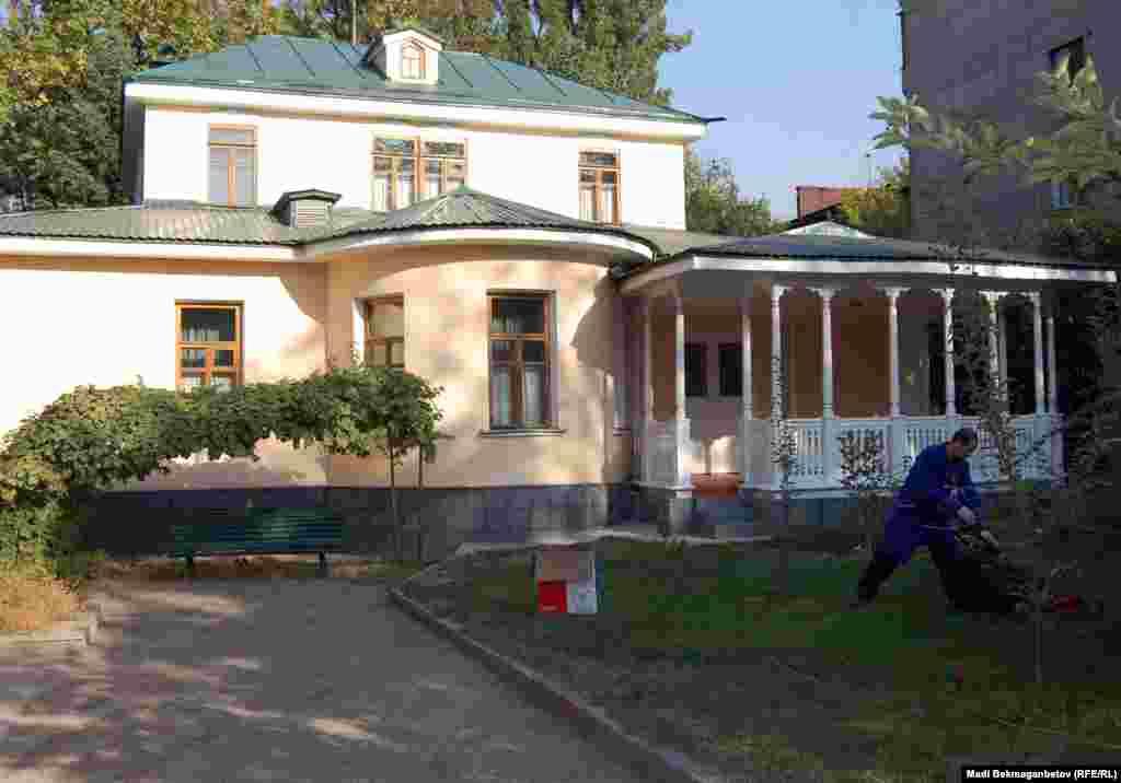 Здесь Мухтар Ауэзов жил вместе с женой Валентиной Кузьминой, сыном Ернаром, дочерью Лейлой и с сестрой Умией.