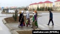Работники коммунальной службы в Туркменистане.