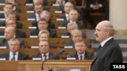 Александр Лукашенко обращается к депутатам белорусского парламента
