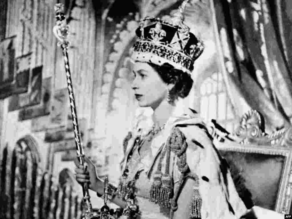 Коронация, 2 июня 1953 года. Елизавета Вторая взошла на престол в начале 1952 года, после смерти своего отца Георга VI. Ей было 25 лет.
