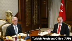 Presidenti Erdogan (djathtas) gjatë takimit të djeshëm me sekretarin Mattis në Ankara