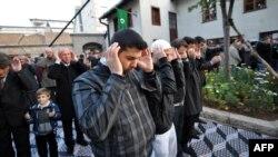 Босниялық мұсылмандар құлшылық жасап тұр.