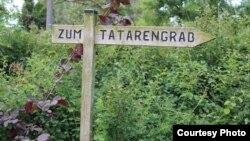 Дрезден шәһәре тиресендэ Наполеонга каршы сугышта ятып калган Польша татары каберенә күрсәткеч (туризм маршруты буларакк куелган)
