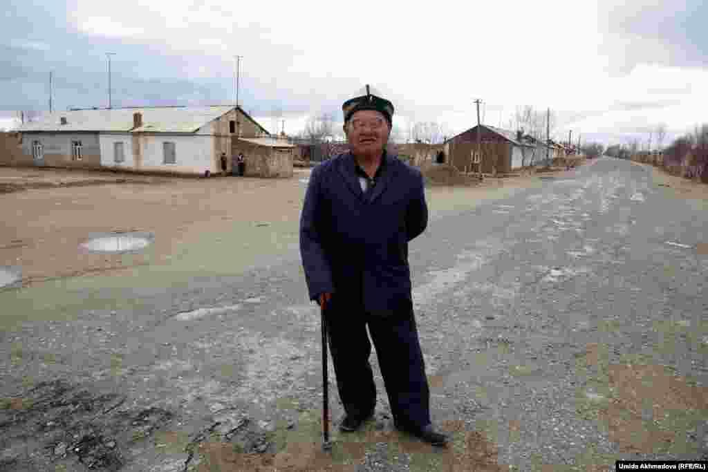 77-летний Ракымбай-ата раньше работал за рулем трактора. Он подсказал фотокорреспонденту Азаттыку, что рядом с селом расположено захоронение потомка Бекета-ата Кокена Койбагарулы и показал местонахождение мазара.