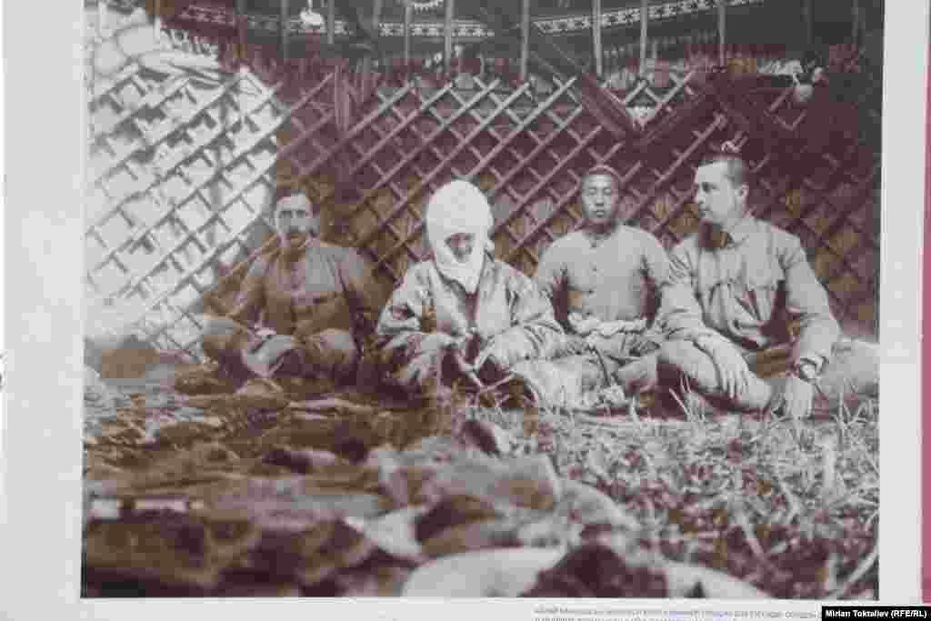 Курманжан-датка в юрте русского генерала Маннергейма. Фото начало XX века.