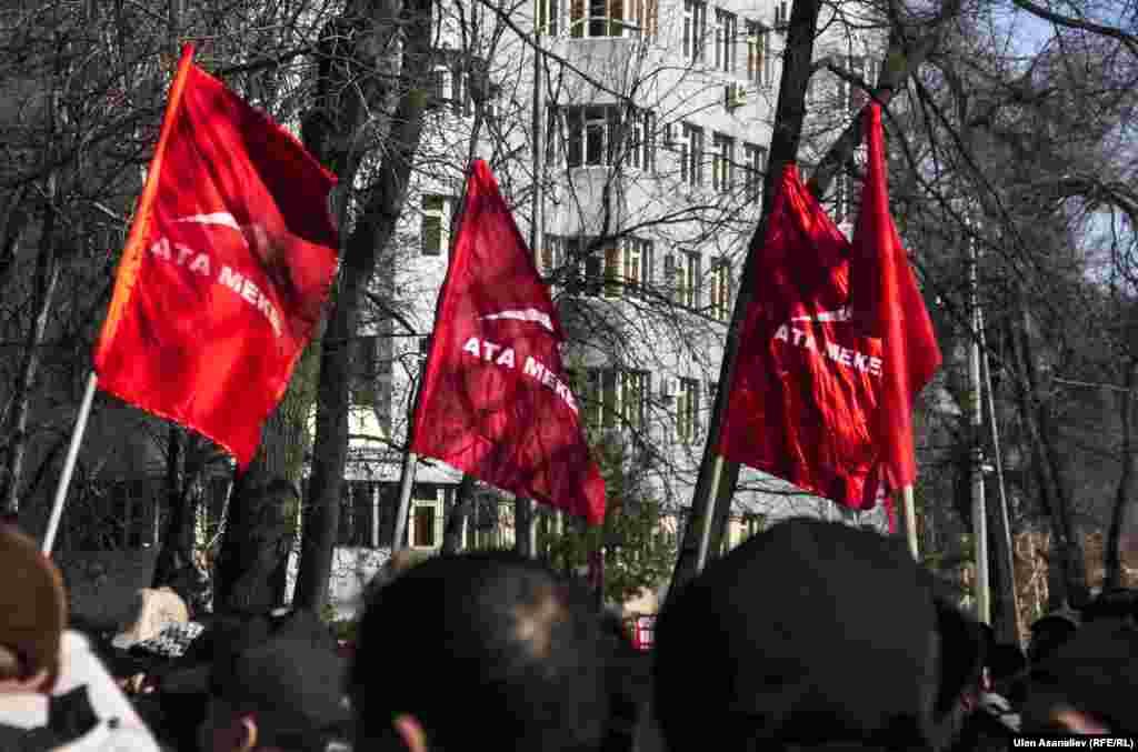 Его участники требовали освободить Омурбека Текебаева, задержанного в ночь на воскресенье в аэропорту Бишкека после прилета из Вены, где он участвовал в работе Парламентской ассамблеи ОБСЕ.