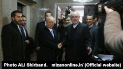 یوکیو آمانو، مدیرکل آژانس بینالمللی انرژی اتمی و علیاکبر صالحی رئیس سازمان انرژی اتمی ایران