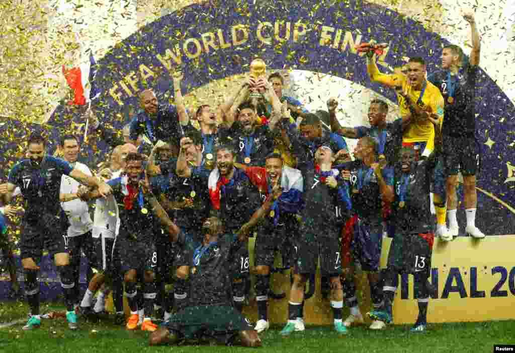 Французские футболисты празднуют победу.