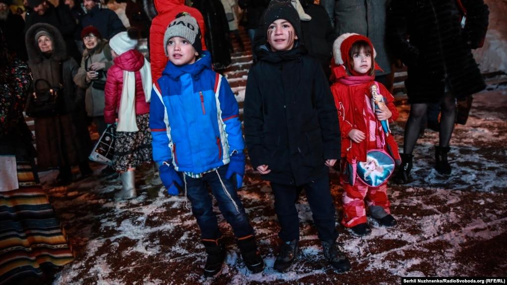 Дітям у ці дні дарують кишенькові гроші «Хануке-ґелт» та іграшки, пригощають їх солодощами