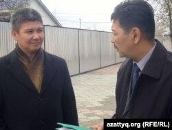 Ағызбек Төлегенов (сол жақта) адвокаты Зайдулла Қалдыбаевпен бірге. Ақтөбе, 1 қараша 2011 ж.