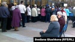 """Зейнеткерлер """"Жастар"""" сарайында жол жүру билетінің кезегінде тұр. Астана, 13 сәуір 2011 жыл."""