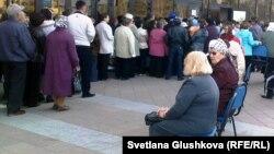 """Пенсионеры стоят в очереди возле дворца """"Жастар"""" за льготными проездными билетами. Астана, 13 апреля 2011 года. Иллюстративное фото."""