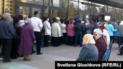 Зейнеткерлер арзандатылған жол жүру билетінің кезегінде тұр. Астана, 13 сәуір 2011 жыл.
