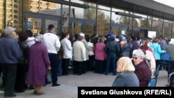 Пенсионеры в очереди возле за льготными проездными билетами. Астана, 13 апреля 2011 года.