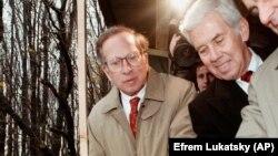 Американський сенатор Річард Луґар (праворуч) повертає ключ при знищенні колишньої ракетної шахти на ракетній базі в Деражні Хмельницької області. 23 жовтня 1996 року