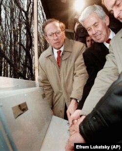 АҚШ сенаторлары Сэм Нанн (сол жақта) және Ричард Лугар (ортада) Украинада совет кезінде құпия саналған базадағы ядролық қаруды символикалық тұрғыда жою рәсімінде. 1996 жыл.