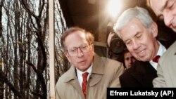 Sam Nunn (solda) və Richard Lugar