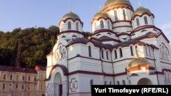 По словам отца Давида (Сарсания), сегодня Священная митрополия Абхазии в лице Новоафонского монастыря святого апостола Симона Кананита поддерживает 46 семей
