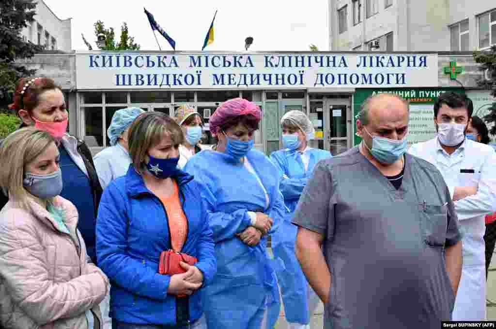 Лікарі й медсестри проводять 6 травня мітинг біля лікарні в Києві на знак протесту проти зменшення їхніх зарплат в результаті невдалого проведення в країні медичної реформи