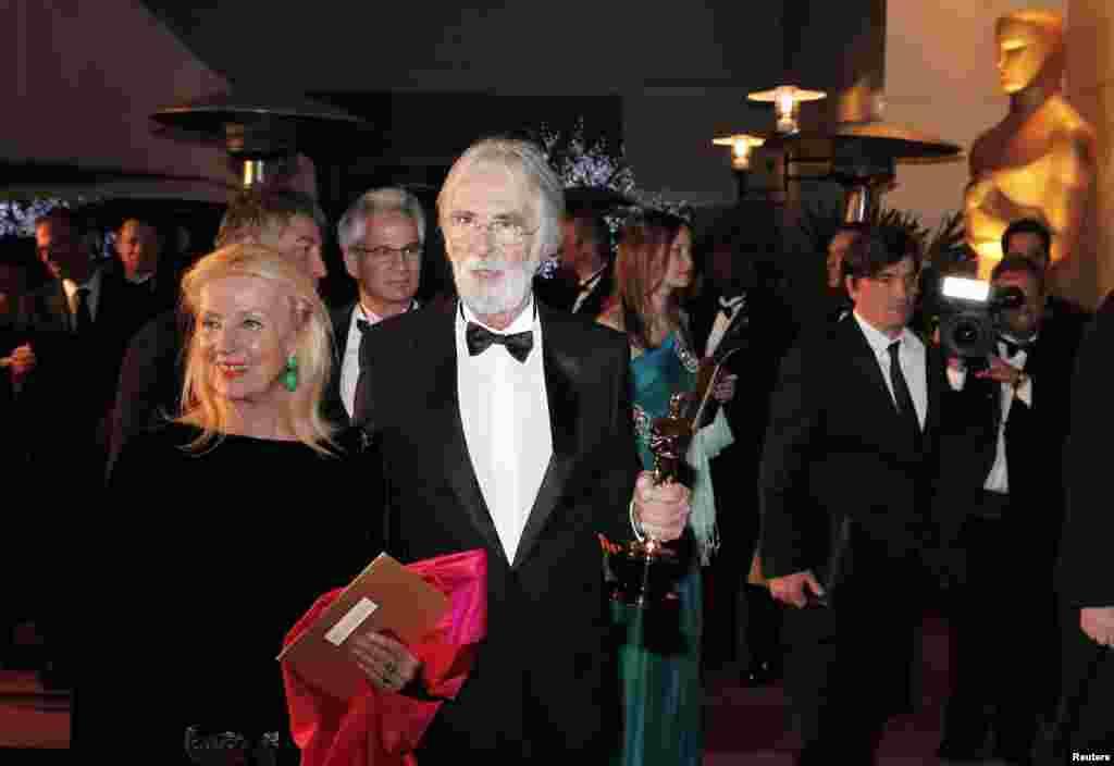 """Австрийский режиссер Михаэль Ханеке и его супруга отправляются на бал после церемонии вручения премий Американской киноакадемии. 25 февраля фильм Ханеке """"Любовь"""" удостоился """"Оскара"""" как лучшая лента 2012 года на иностранном языке."""