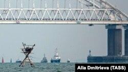 Украинские корабли буксируют из порта «Керчь», 17 ноября 2019 года