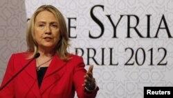 هیلاری کلینتون در کنفرانس خبری در حاشیه نشست دوستان سوریه در استانبول در سال ۲۰۱۲
