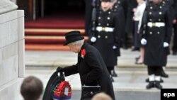 Ежегодно в годовщину окончания Первой мировой войны английская королева Елизавета II возлагает венок к памятнику павшим.